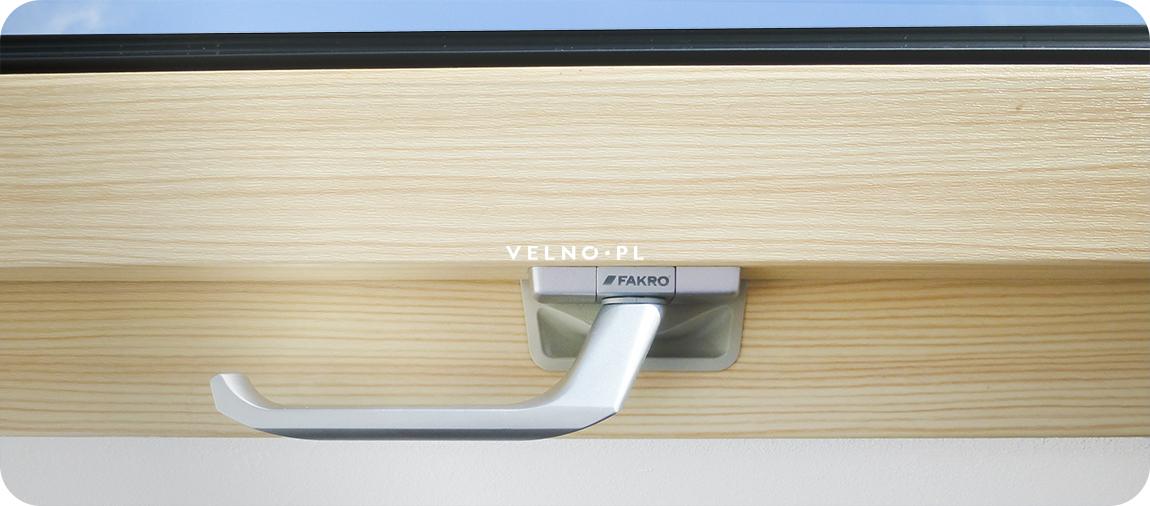 okno dachowe fakro ptp-v PI u3 obrotowe z PVC struktura drewna