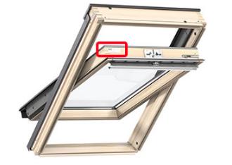 umiejscowienie tabliczki znamionowej w oknie velux